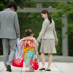 両親と手をつなぐ七五三の女の子の後姿の写真素材 [FYI02937384]