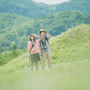 トレッキングをするカップルの写真素材 [FYI02937489]