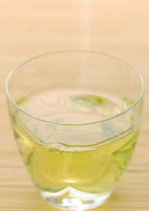 グラスに入れた緑茶の写真素材 [FYI02937528]