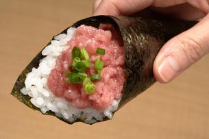 ねぎとろの手巻き寿司の写真素材 [FYI02937531]