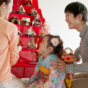 雛人形の飾り付けをする親子の写真素材 [FYI02937543]