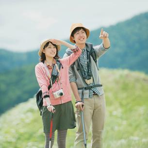トレッキングをするカップルの写真素材 [FYI02937544]