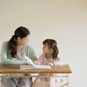 絵本を読む親子の写真素材 [FYI02937545]