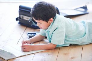 ペンを持つ男の子の写真素材 [FYI02937547]