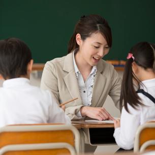 小学生に勉強を教える先生の写真素材 [FYI02937551]