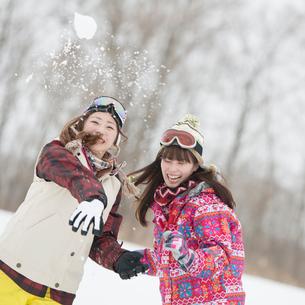 雪玉を投げる女性の写真素材 [FYI02937558]