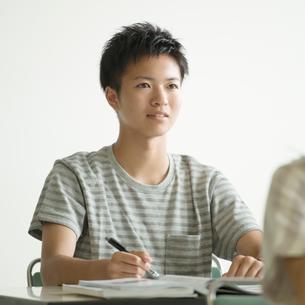 夏期講習を受ける学生の写真素材 [FYI02937579]