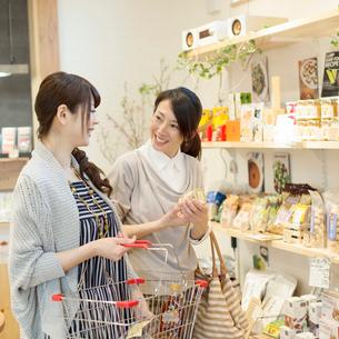 買い物をする女性の写真素材 [FYI02937588]