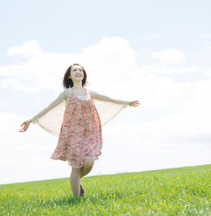 草原を走る女性の写真素材 [FYI02937598]