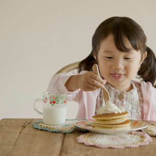 パンケーキを食べる女の子の写真素材 [FYI02937745]
