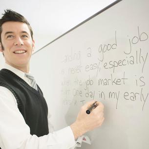 英会話を教える外国人講師の写真素材 [FYI02937781]