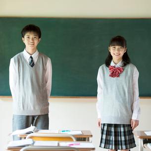 黒板の前で微笑む中学生の写真素材 [FYI02937796]