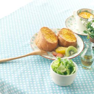 フレンチトーストのある朝食の写真素材 [FYI02937798]