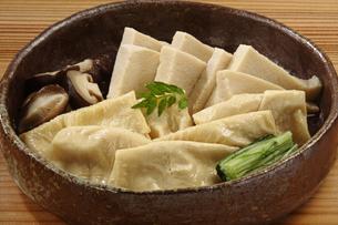 凍み豆腐と湯葉の煮物の写真素材 [FYI02937838]