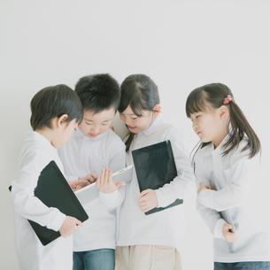 タブレットPCを見る小学生の写真素材 [FYI02937860]