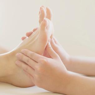 足裏マッサージを受ける女性の足元の写真素材 [FYI02937883]