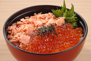 鮭いくら丼の写真素材 [FYI02937955]