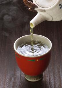 湯のみに注ぐ緑茶の写真素材 [FYI02938081]
