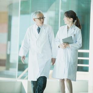 病院のロビーを歩く医者の写真素材 [FYI02938103]
