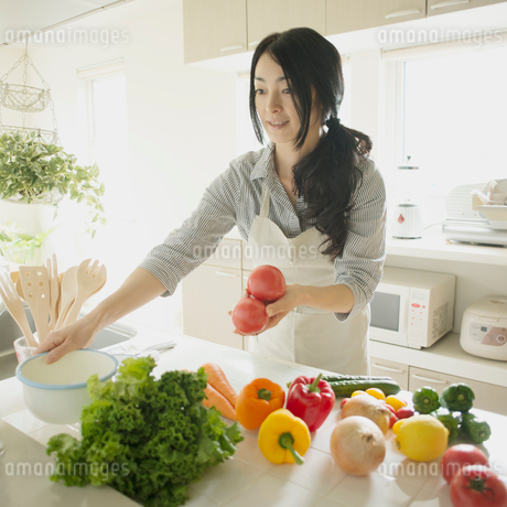 キッチンで料理をする女性の写真素材 [FYI02938194]