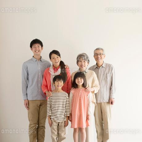微笑む3世代家族の写真素材 [FYI02938207]