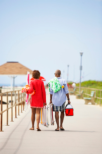 Man and woman carrying picnic equipmentの写真素材 [FYI02938211]