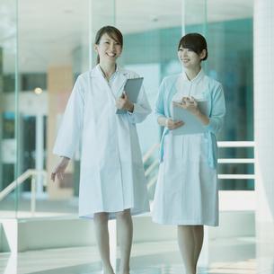 談笑をする女医と看護師の写真素材 [FYI02938228]