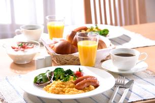 朝食(スクランブルエッグ)の写真素材 [FYI02938262]