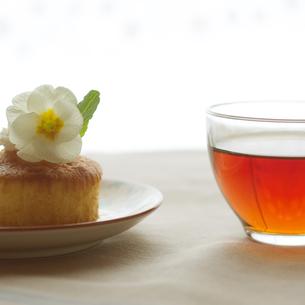 花を飾ったカップケーキと紅茶の写真素材 [FYI02938308]