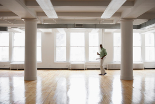 Male architect in empty roomの写真素材 [FYI02938310]