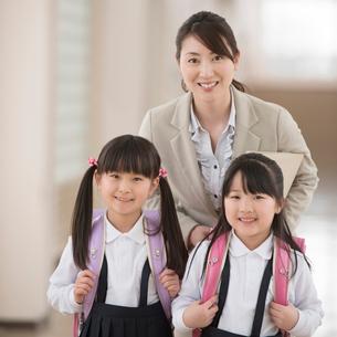 廊下で微笑む小学生と先生の写真素材 [FYI02938370]
