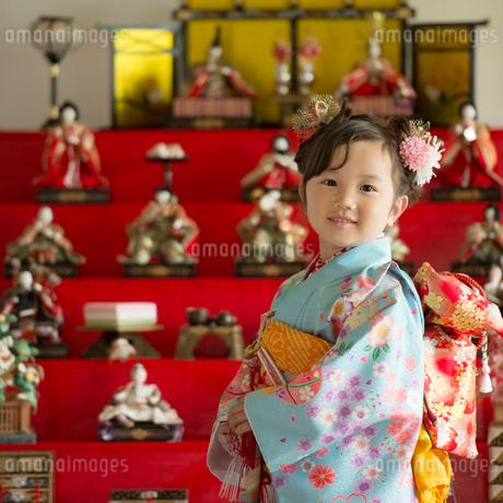 雛人形の前で微笑む女の子の写真素材 [FYI02938371]