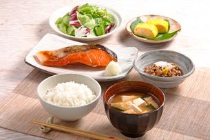 朝食(鮭の塩焼き)の写真素材 [FYI02938383]