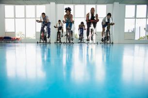 Group indoor cyclingの写真素材 [FYI02938417]