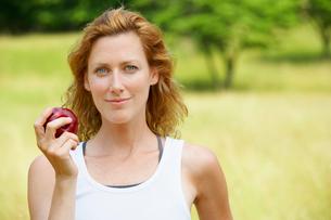 Woman eating appleの写真素材 [FYI02938434]