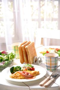 朝食(オムレツ)の写真素材 [FYI02938546]