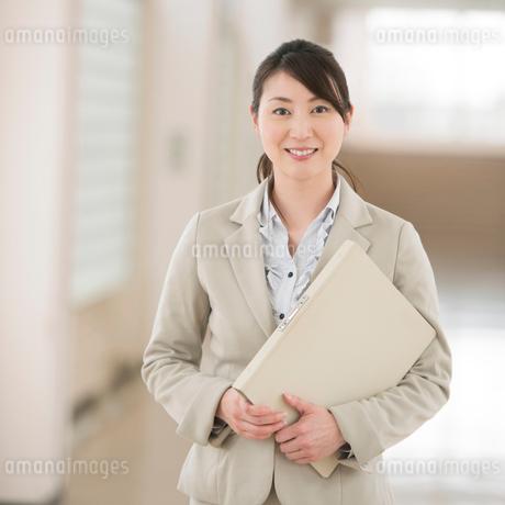 廊下で微笑む先生の写真素材 [FYI02938551]