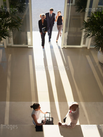Businesspeople meeting in entrance hallの写真素材 [FYI02938572]