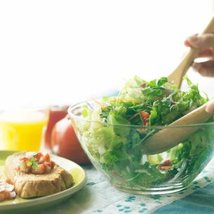 サラダを混ぜる手元の写真素材 [FYI02938601]