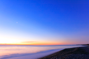 夜明けの海の写真素材 [FYI02938613]