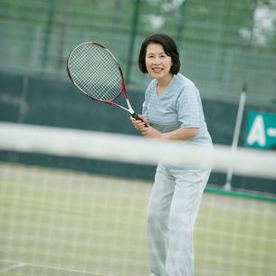 テニスをするシニア女性の写真素材 [FYI02938639]