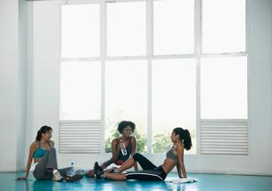 Women in sports clothing on floorの写真素材 [FYI02938680]