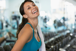 Young woman in gym (portrait)の写真素材 [FYI02938706]