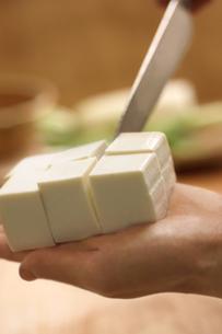 手で持った豆腐を切るシーンの写真素材 [FYI02938716]