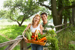Husband and wife with vegetable basketの写真素材 [FYI02938745]
