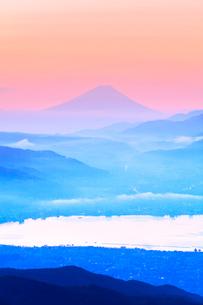 高ボッチ高原より諏訪湖と朝焼けの遠望富士山の写真素材 [FYI02938781]