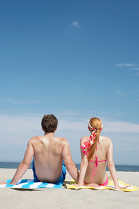 couple looking at view, at beachの写真素材 [FYI02938888]