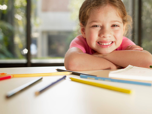 Girl with colored pencils and notepadの写真素材 [FYI02938979]