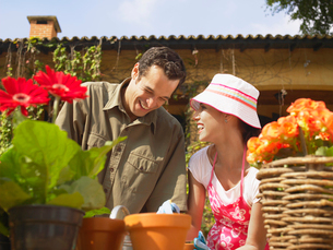 Couple gardening and laughingの写真素材 [FYI02938984]