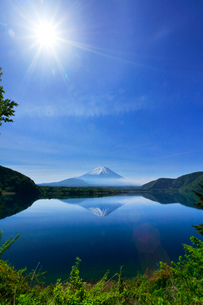 本栖湖に逆さ富士と太陽の写真素材 [FYI02939015]